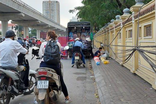 Lực lượng chức năng đang ở đâu khi hàng rong 'xâm chiếm' đường phố?