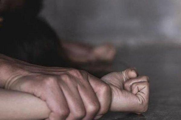 Lần mò lên giường hiếp dâm chủ nhà sau khi trộm tài sản và những cái kết