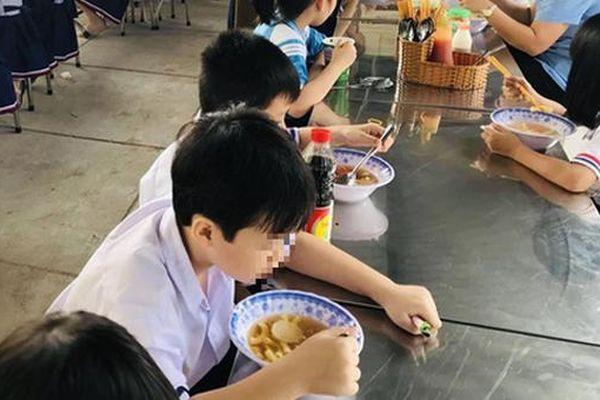 Thực phẩm bẩn hoành hành chốn học đường