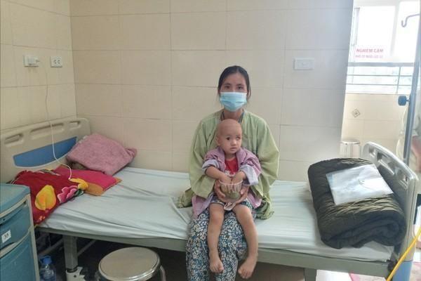 Tiếng khóc xé lòng của bé gái 17 tháng tuổi mắc ung thư võng mạc
