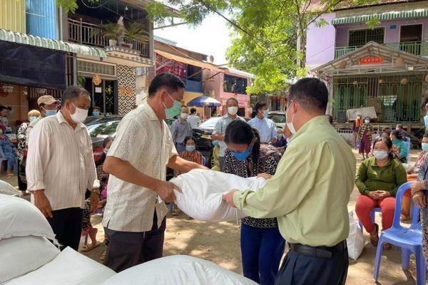 Hình ảnh cứu trợ người Việt bị phong tỏa vì Covid-19 tại Campuchia
