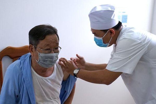 Những công dân đầu tiên ở Cà Mau tiêm vaccine phòng Covid-19