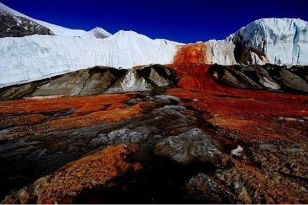 Kỳ bí thác nước có màu đỏ như máu gây tò mò