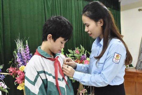 Nam sinh lớp 9 được trao Huy hiệu 'Tuổi trẻ dũng cảm' vì cứu 2 em nhỏ thoát chết