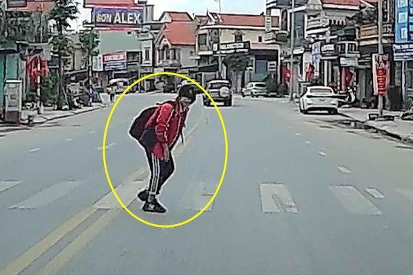 Nữ sinh cúi đầu cảm ơn lái xe ô tô đã nhường đường
