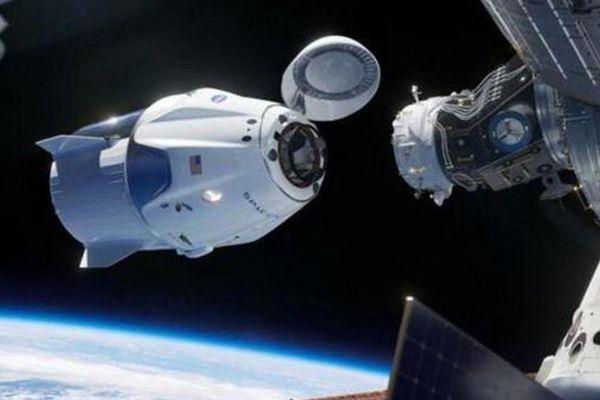 Tàu vũ trụ SpaceX suýt va chạm nguy hiểm với UFO