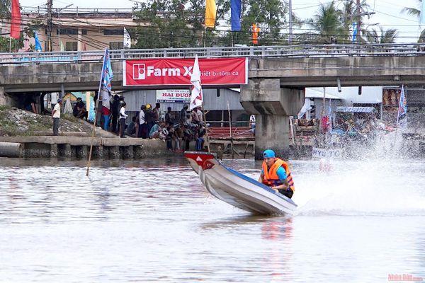 Cuốn hút đua võ lãi miệt sông nước Cà Mau
