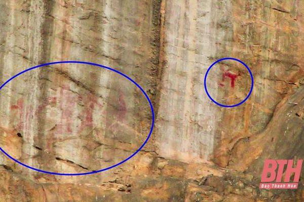 Dấu tích người xưa trên vách đá