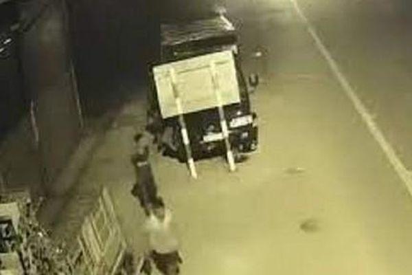 Xe tải gắn định vị gởi trong bãi xe ở Sài Gòn 'không cánh mà bay'