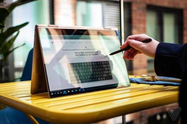 Samsung ra mắt laptop Windows màn hình OLED, nặng chưa tới 1 kg