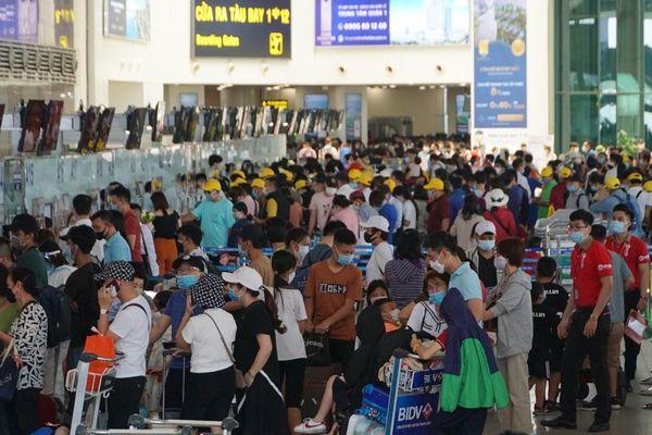 Sân bay Nội Bài (Hà Nội) đông nghẹt người trước dịp nghỉ lễ 30/4 và 1/5