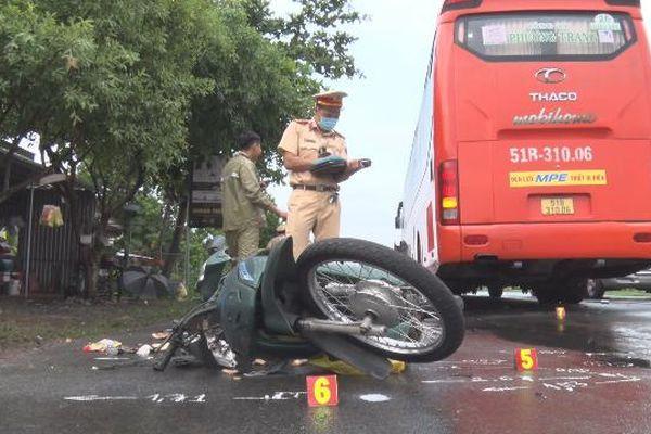 Va chạm giữa xe khách và xe máy làm 1 người tử vong