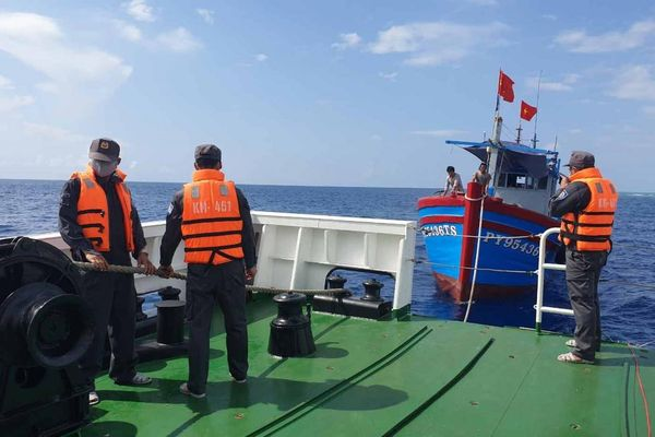 Tàu Kiểm ngư số 4 cứu kéo thành công tàu cá Phú Yên bị mắc cạn