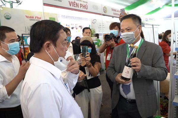 Bộ trưởng Lê Minh Hoan nếm thử nước mắm bán chạy hàng đầu trên sàn Amazon