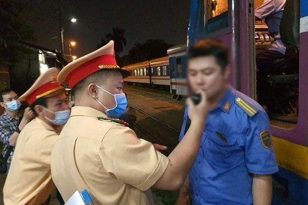 Kiểm tra đột xuất nồng độ cồn, nhắc nhở phòng Covid-19 tại ga Hà Nội