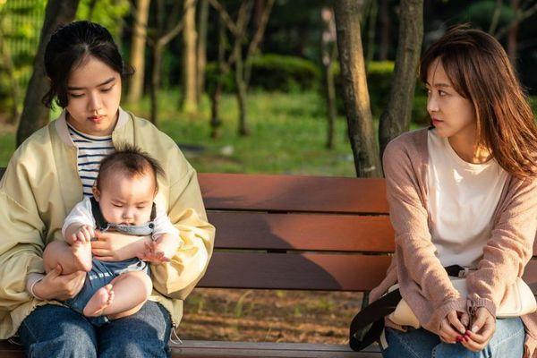 Kim Hyang Gi sắm vai chị chăm trẻ trong phim Đứa bé