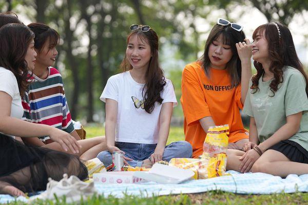 Công viên Yên Sở đông đúc người tới cắm trại trong ngày 30/4
