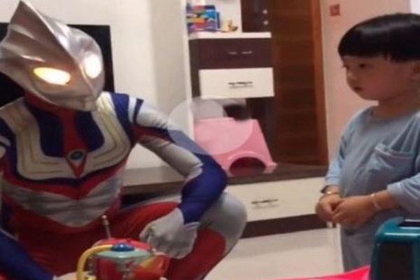 Bé trai Trung Quốc sợ hãi khi nhìn thấy bố đóng giả siêu anh hùng