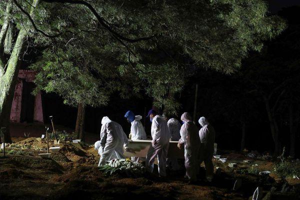 Mộ mới phủ kín nghĩa trang Brazil, người chết phải 'xếp hàng'