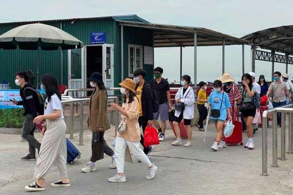 Quảng Ninh đón gần 300 nghìn lượt khách du lịch dịp 30-4 và 1-5