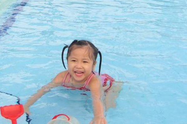 Tránh mang bệnh từ hồ bơi công cộng