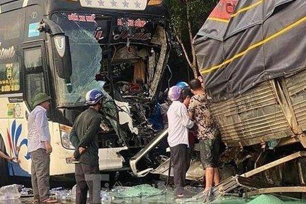 Xe khách va chạm với xe tải, 1 người tử vong