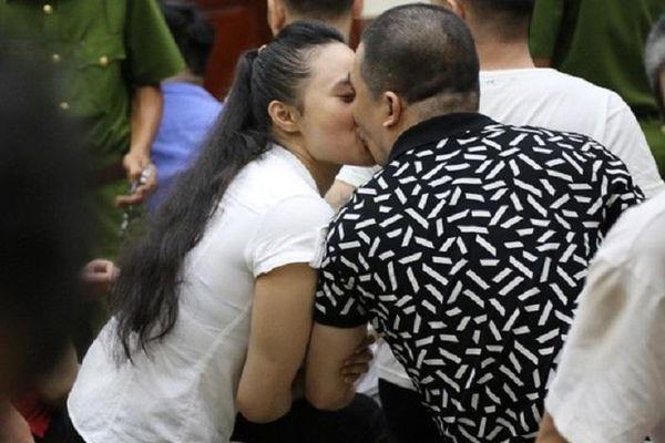 Nụ hôn của kẻ mang tội ác tày trời Văn Kính Dương có gì mà ngợi ca?