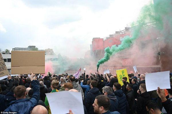 Hoãn trận đấu MU-Liverpool, do CĐV bạo động tại Old Trafford