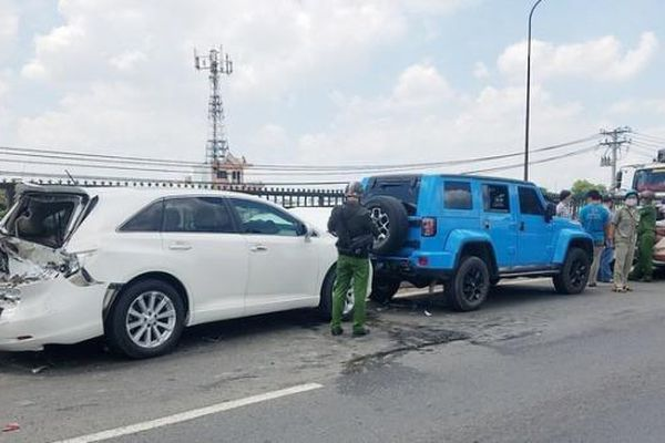 Tin giao thông đến sáng 2/5: Tông đuôi xe tải người đàn ông thiệt mạng; Phanh gấp né thùng xốp, tài xế gây tai nạn liên hoàn