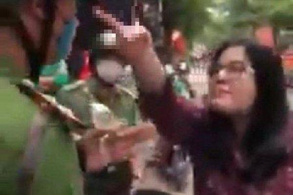 Xử lý người phụ nữ tự xưng công an, liên tục lăng mạ và đánh cảnh sát