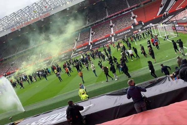 CĐV vào sân biểu tình, đại chiến Man Utd vs Liverpool có nguy cơ bị hoãn