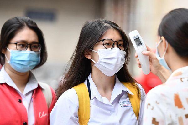 Học sinh đeo khẩu trang trong lớp khi trở lại trường ở TP.HCM