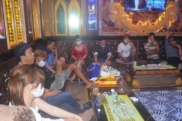 Phát hiện 11 cô gái và 55 nam giới 'thác loạn' trong quán karaoke