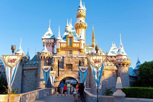 Sau hơn 1 năm đóng cửa, Disneyland California dè dặt mở cửa trở lại