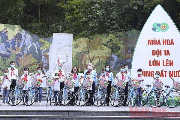 Trao 80 xe đạp và 50 học bổng tặng thiếu nhi vượt khó học tốt