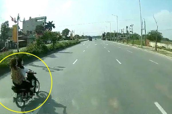 Hai nữ 'tổ lái' lạng lách, bị xe taxi tông nguy kịch