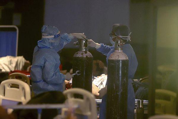 Video người đàn ông Ấn Độ quỳ xin cảnh sát không lấy bình oxy của mẹ gây sốt