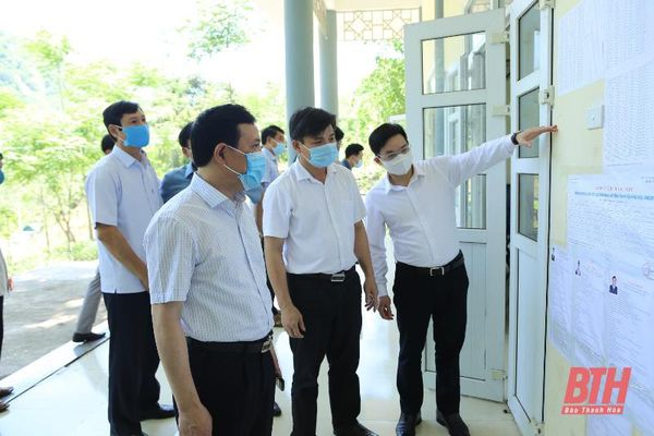 Đồng chí Phó Bí thư Thường trực Tỉnh ủy Lại Thế Nguyên kiểm tra công tác bầu cử tại huyện Mường Lát