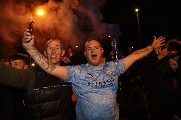 Cầu thủ Man City ăn mừng 'điên dại' trong phòng thay đồ, fan 'quẩy' tưng bừng, nhiều người không đeo khẩu trang