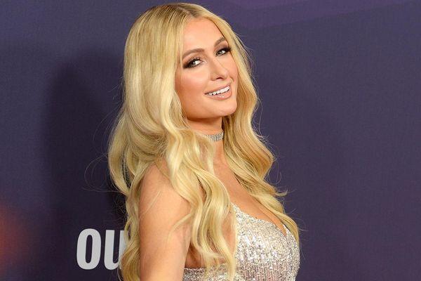 Paris Hilton lên tiếng về chiếc áo bị chỉ trích 16 năm trước