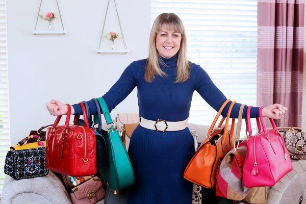 Người phụ nữ mỗi ngày dùng một túi xách khác nhau
