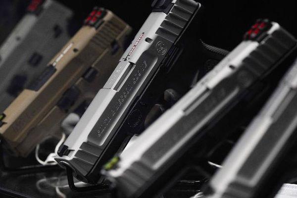 Người gốc Á ở Mỹ đổ xô đi mua súng