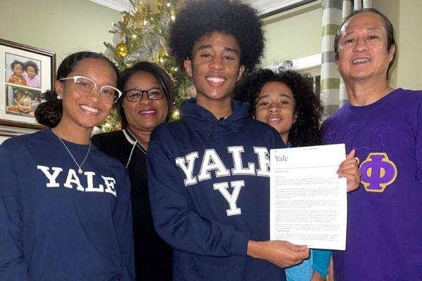 Mỹ: Cặp song sinh trúng tuyển 15 trường đại học