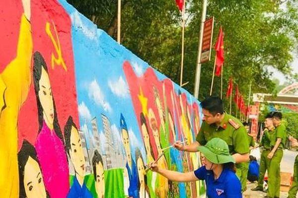 Biến bức tường cũ kỹ bên bìa rừng thành tác phẩm sắc màu cổ động bầu cử