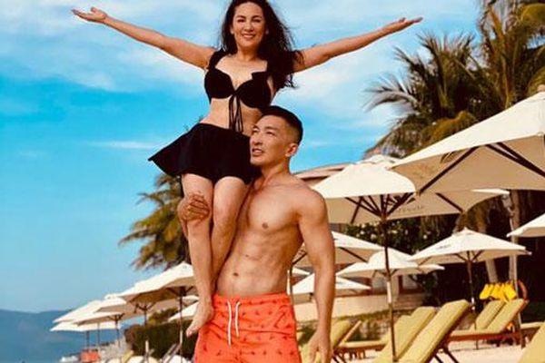 Phi Nhung diện bikini khoe body nhưng không 'hot' bằng khoảnh khắc bồng bế với trai trẻ 6 múi