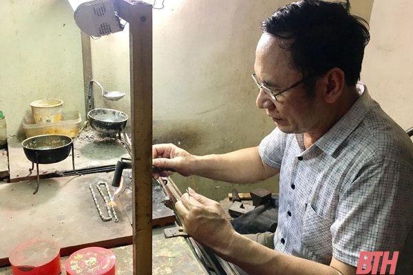 Lưu giữ nghề chạm bạc truyền thống