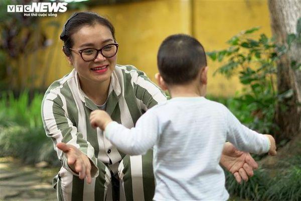 Nữ phạm nhân xót xa tổ chức sinh nhật đầu đời cho con trong trại giam