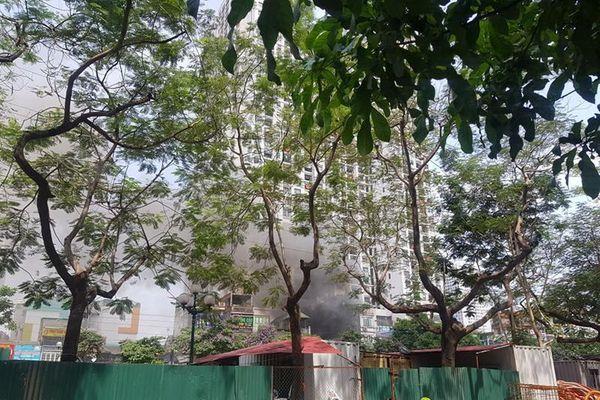 Dập tắt đám cháy xảy ra tại phố Tam Trinh