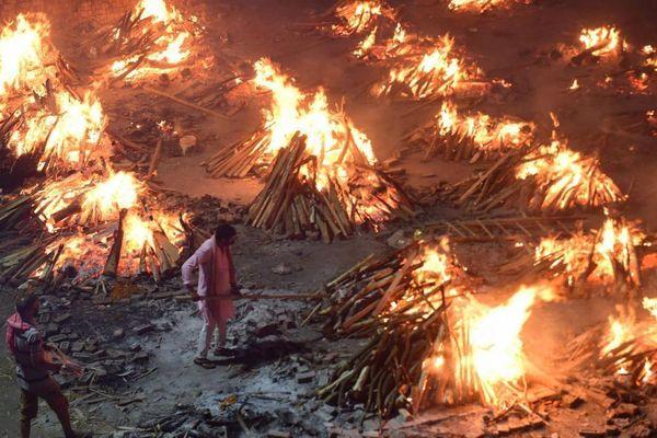 Cô gái Ấn Độ nhảy vào giàn thiêu khi hỏa táng cha