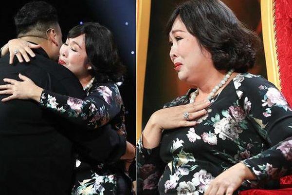 NSND Hồng Vân xưng 'má', rơi nước mắt xin lỗi con trai của nam đồng nghiệp